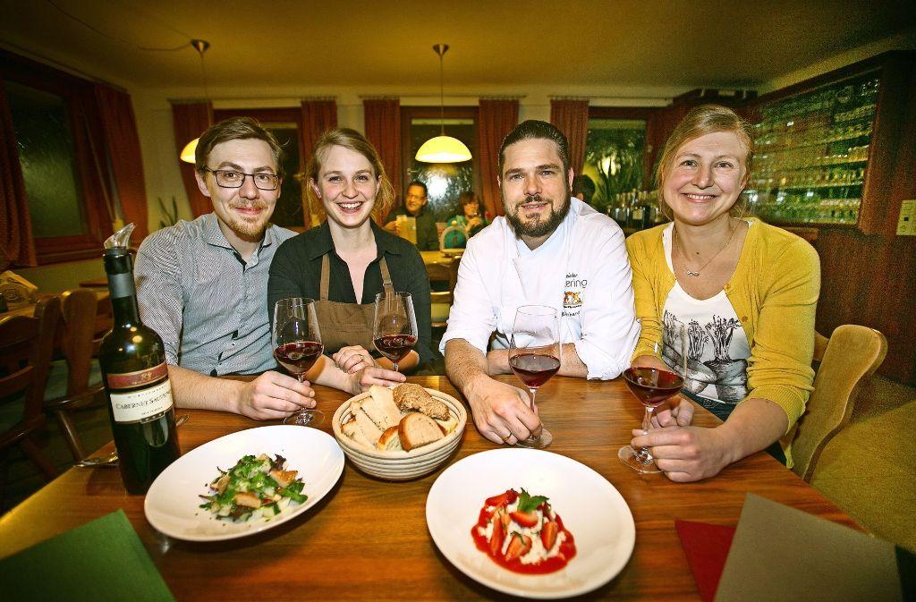Vier gewinnt: Joachim Speißer mit Frau Priska, Markus Eberhardinger mit Frau Christina (von links) Foto: Ines Rudel