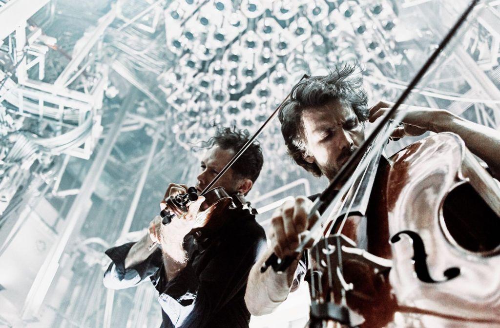 Schaffen einen eigenen Musikkosmos: Matthias Bartholomey (Cello) und Klemens Bittmann. Foto: DYNAMO/MaxParovsky