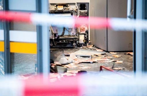 Kriminelle sprengen Bankautomaten –  Geldscheine verstreut