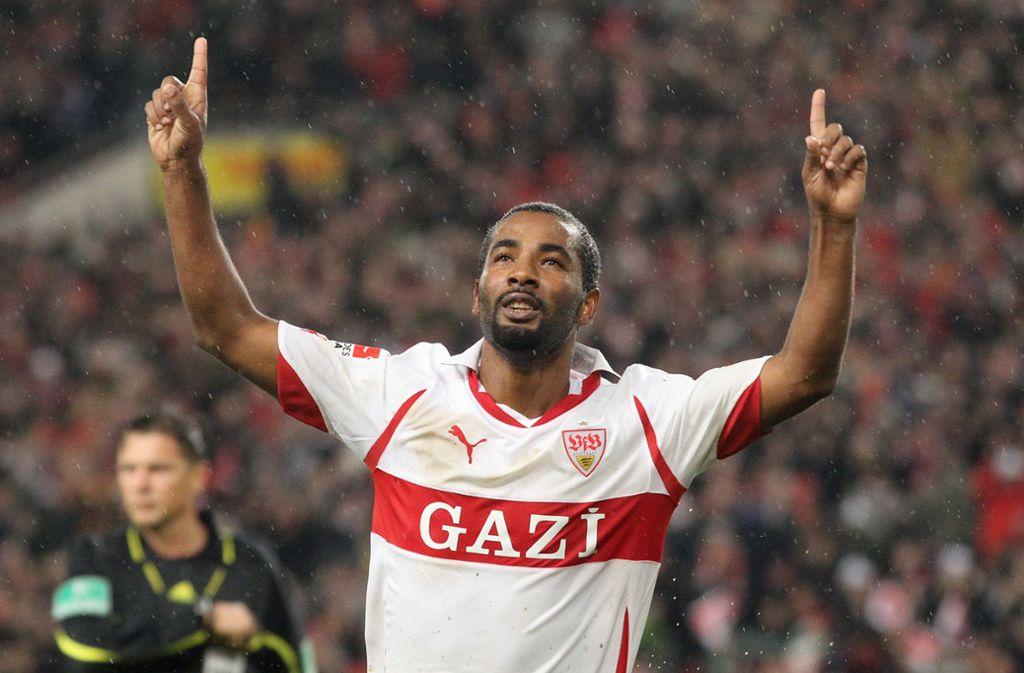 Diese Finger lügen nicht: Cacau feiert im Novemberregen 2010 zwei Tore gegen Werder Bremen. Foto: Baumann