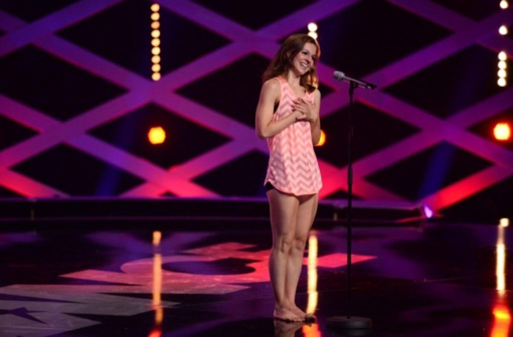 Afina nimmt nach ihrem fulminanten Auftritt die Komplimente der Jurymitglieder entgegen und ist gerührt. Foto: ProSieben