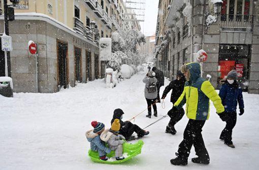Die  Madrider feiern Fiesta   im Schnee
