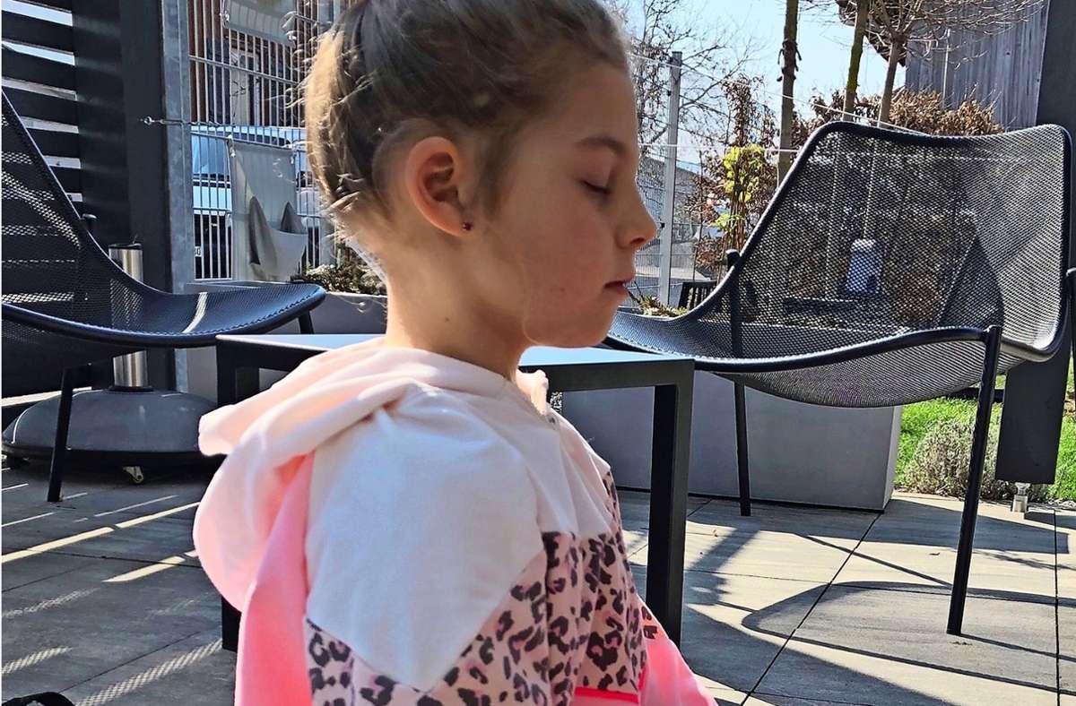 Mia Kischko nahm im Lockdown mit ihren Kindern die Yoga-Matte zur Hand, wie hier ihre neunjährige Tochter. Foto: Eileen Breuer