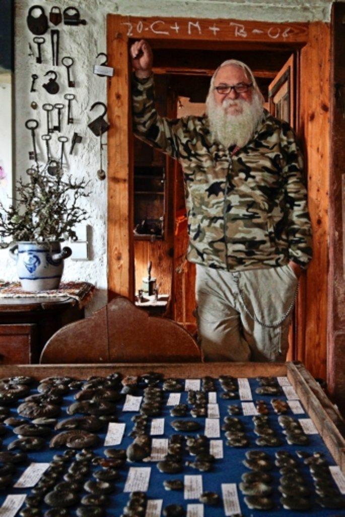 Ede Bernt mit seinen Ammoniten – und seinem historischen Flair. Foto: