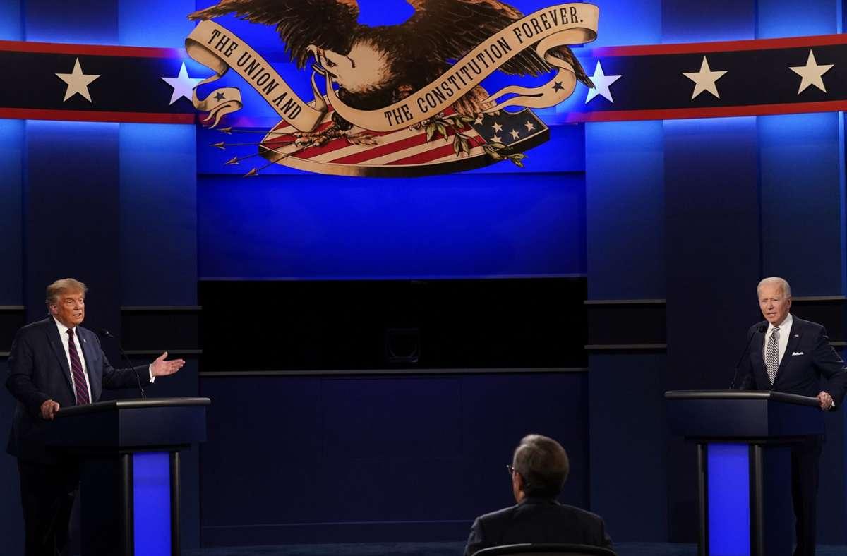 Donald Trump (links), Präsident der USA, und Joe Biden (rechts), Präsidentschaftskandidat der Demokraten, sowie Moderator Chris Wallace von Fox News während der ersten Präsidentschaftsdebatte Foto: AP/Patrick Semansky