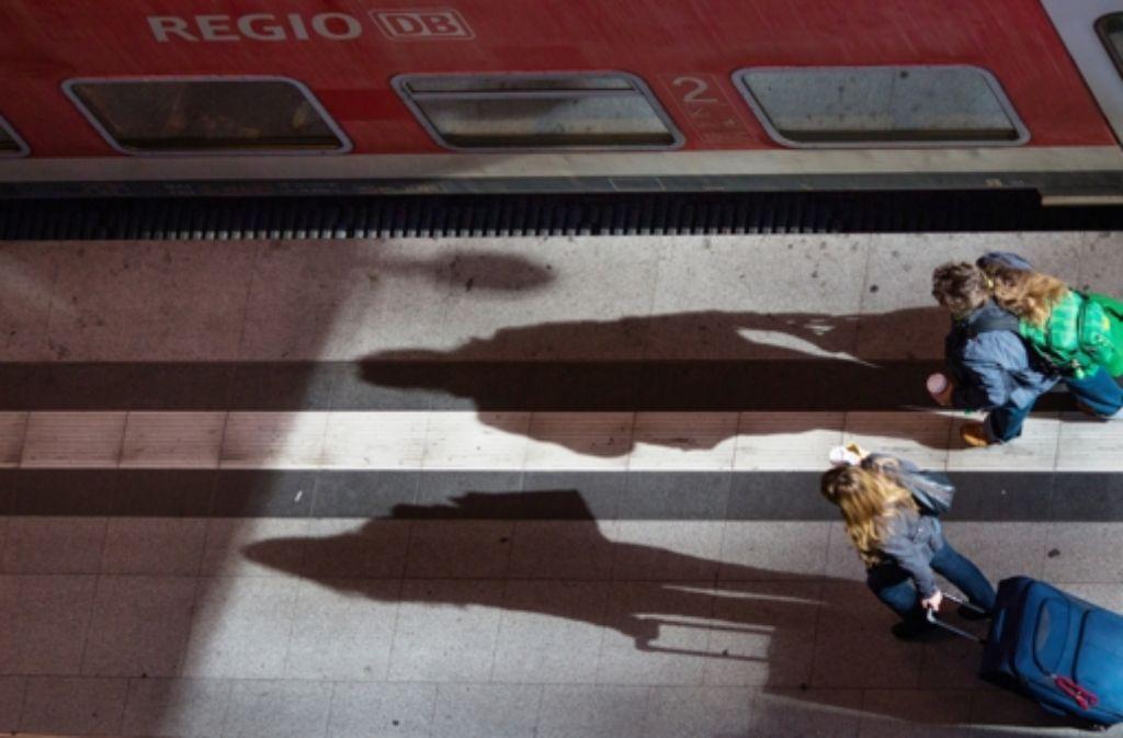 Nur noch wenige Züge fahren: Bis Montagmorgen stehen die meisten Loks still. Foto: dpa