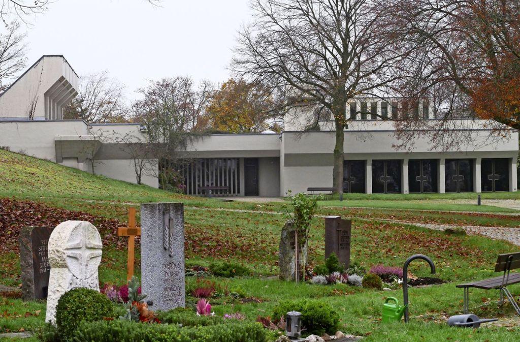 Der Betonbau, der Krematorium und Aussegnungshalle beherbergt, fügt sich in die Topografie der Umgebung ein. Foto: /Eileen Breuer