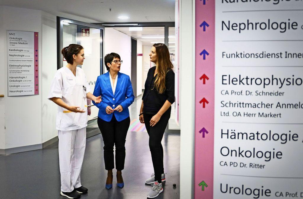 Elvira Schneider (Mitte), die  Pflegedirektorin des Klinikverbunds, hat Alina Killian (links) und Stefanie Milankovic  überzeugt, berufsbegleitend  zu studieren. Foto: factum/Granville