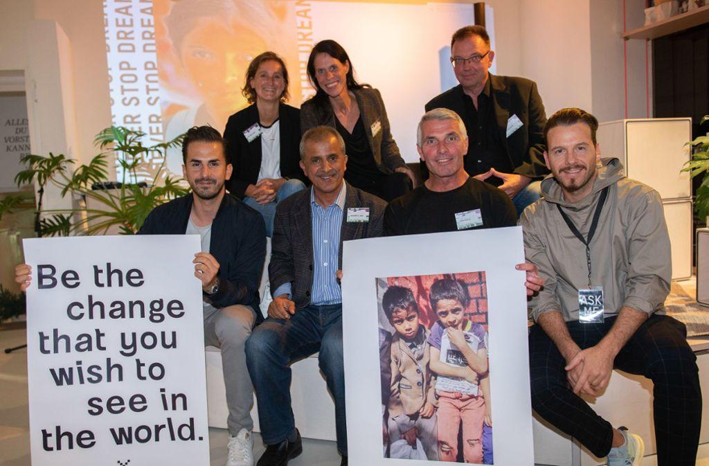 Die Spendensammler vom Verein Future 4 Kids bei der Vernissage  in der Galerie  Arthelps. Foto: Markus Schwarz