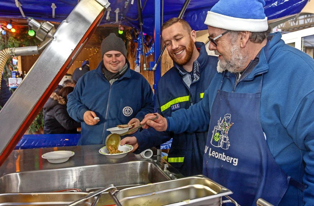 400 Portionen Chili gehen beim THW-Stand über den Tresen.  Marco Doster, Sebastian Herzig und  Klaus Bachofer (von links) wissen: das geht nur, wenn alle mit anpacken. Foto: factum/Bach