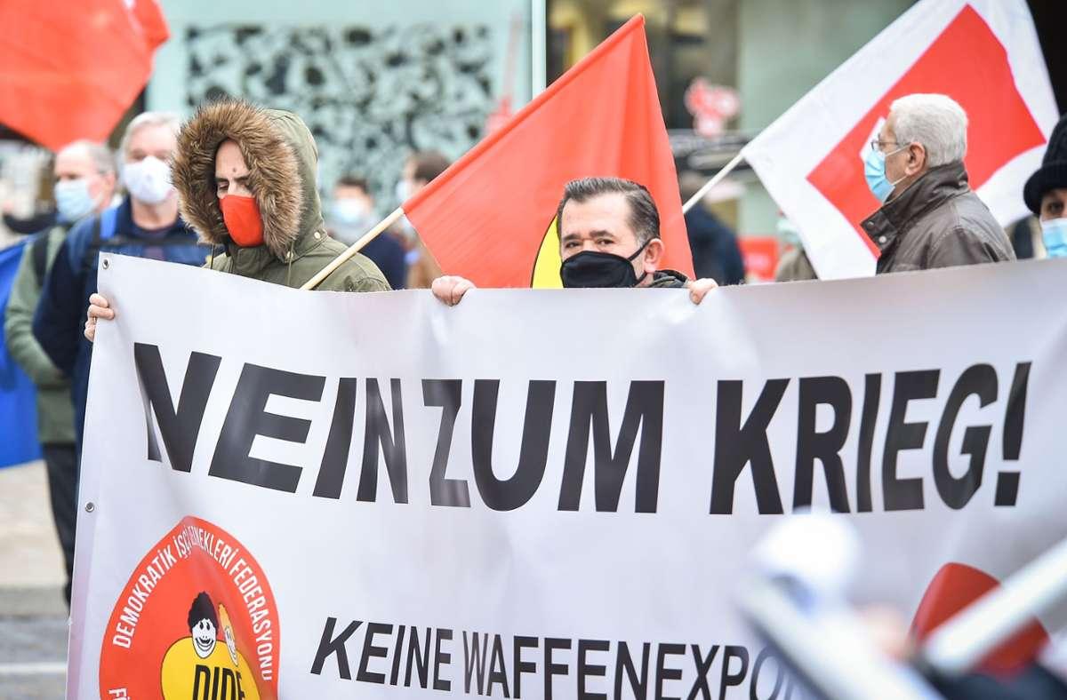 Auf dem Marktplatz in Stuttgart haben Friedensaktivisten protestiert. Foto: Lichtgut/Ferdinando Iannone