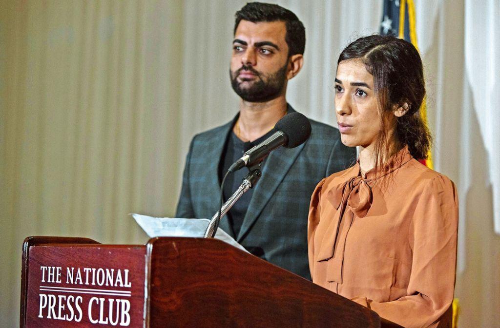 Nadia Murad und ihr künftiger Ehemann Abid Shamdeen vor der US-Presse Foto: AFP