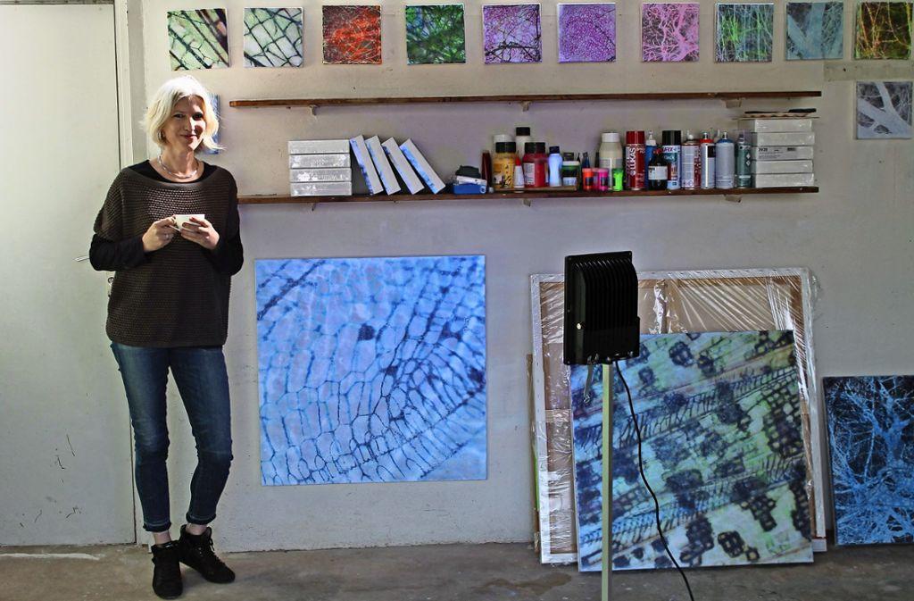 Eine Garage dient Tanja Selten als Atelier, in dem sie mit fluoreszierenden Farben und Schwarzlicht experimentiert. Foto: Sabine Schwieder