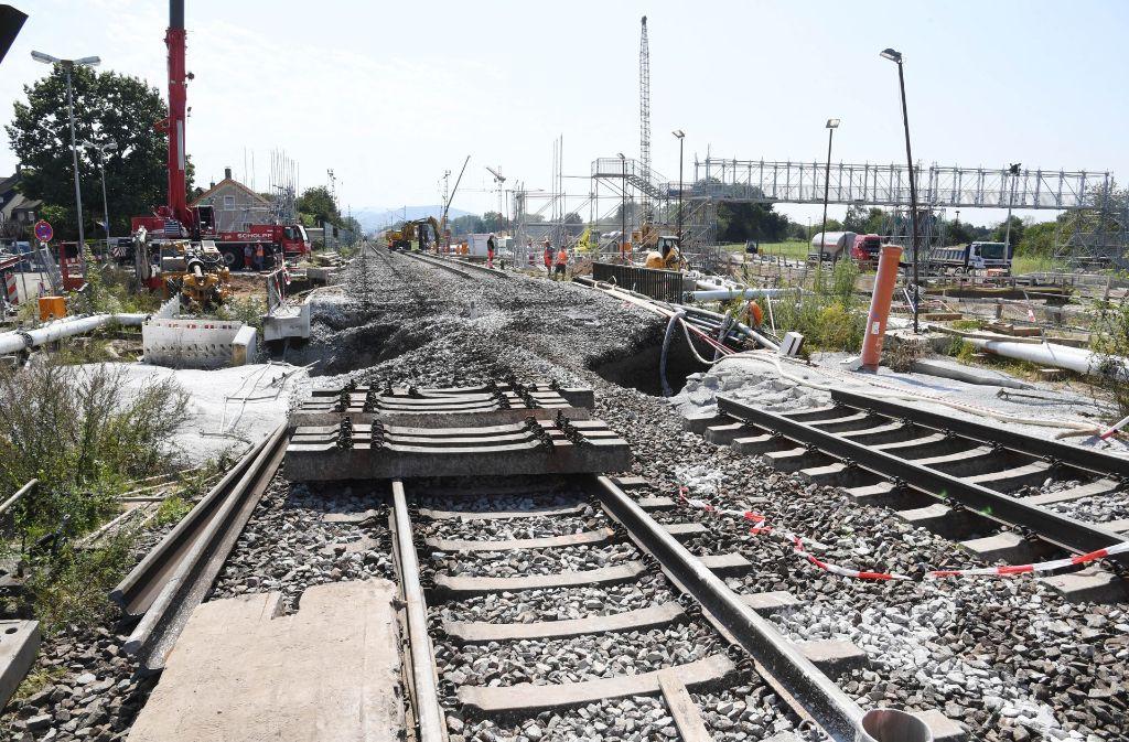 Abgesackt: die beschädigten Bahngleise in Rastatt Foto: dpa