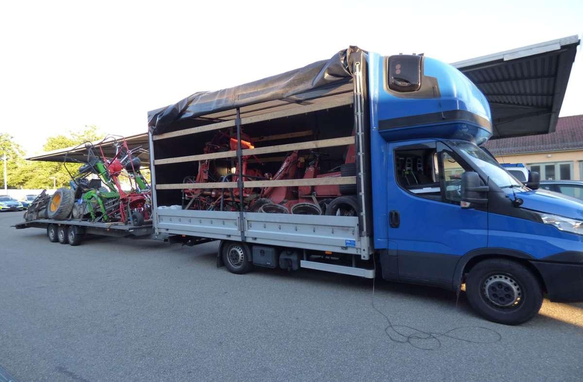 Die Vermutung, dass der Lastwagen inklusive Anhängergespann nicht sicher unterwegs ist, bestätigte sich bei einer tiefer gehenden Kontrolle auf dem Gelände der Verkehrspolizei Stuttgart-Vaihingen Foto: Polizeipräsidium Ludwigsburg