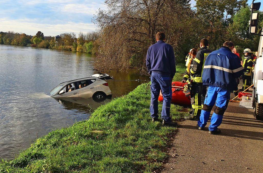 Das Heck des Wagens lugt noch aus dem Wasser. Foto: 7aktuell.de/Hessenauer