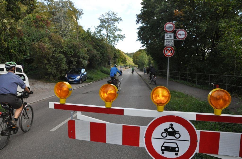 Nur Radler und Fußgänger dürfen an Sonn- und Feiertagen passieren. Foto: Georg Linsenmann