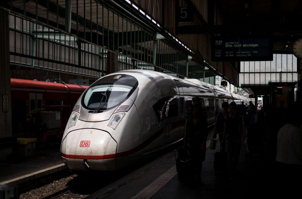 Ein ICE der Deutschen Bahn im Stuttgarter Hauptbahnhof. Bei Verspätungen muss der Konzern seinen Kunden Entschädigungen bezahlen. Foto: Lichtgut/Max Kovalenko
