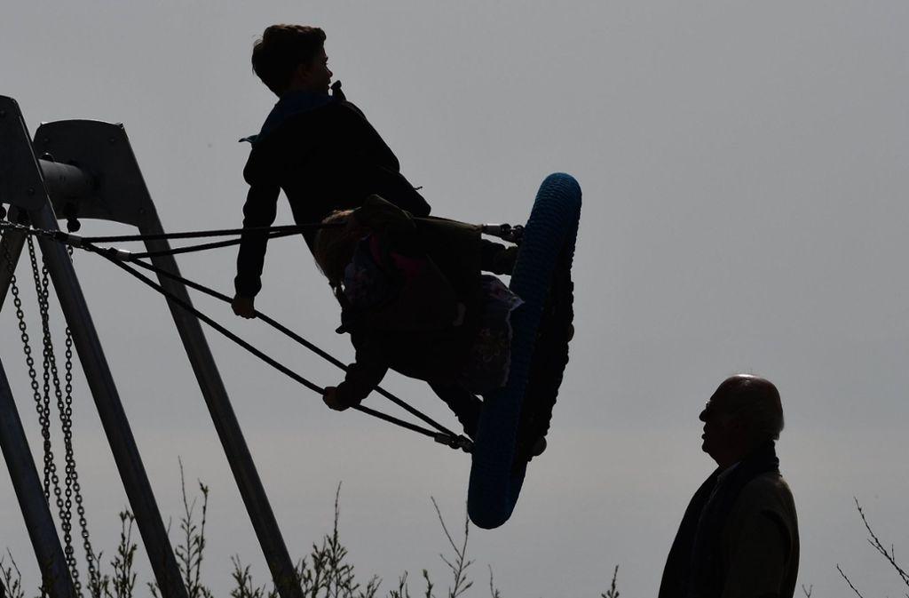 Eine 50-Jährige bemerkte den Mann im Gebüsch in der Nähe eines Spielplatzes. Sie alarmierte daraufhin die Polizei (Symbolbild). Foto: dpa