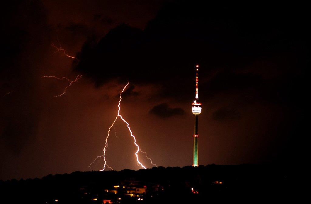 Blitze umzucken den Fernsehturm bei einem Gewitter im Jahr 2012. Foto: Leserfotograf wolfe_1
