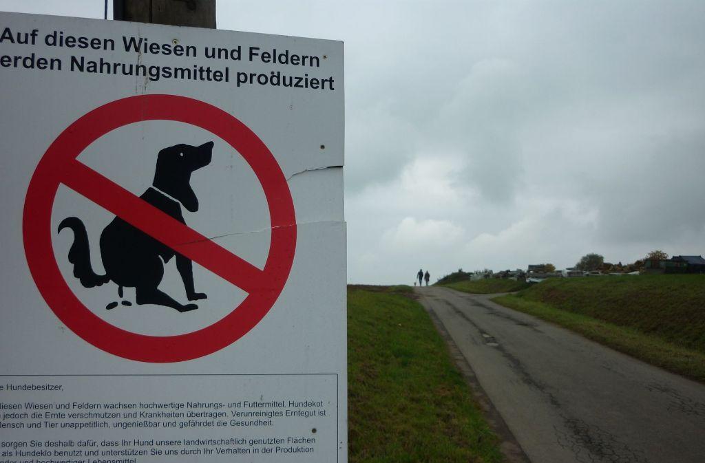 Für Bauern ist es unverständlich, warum es solche Schilder überhaupt braucht. Foto: Archiv Sägesser