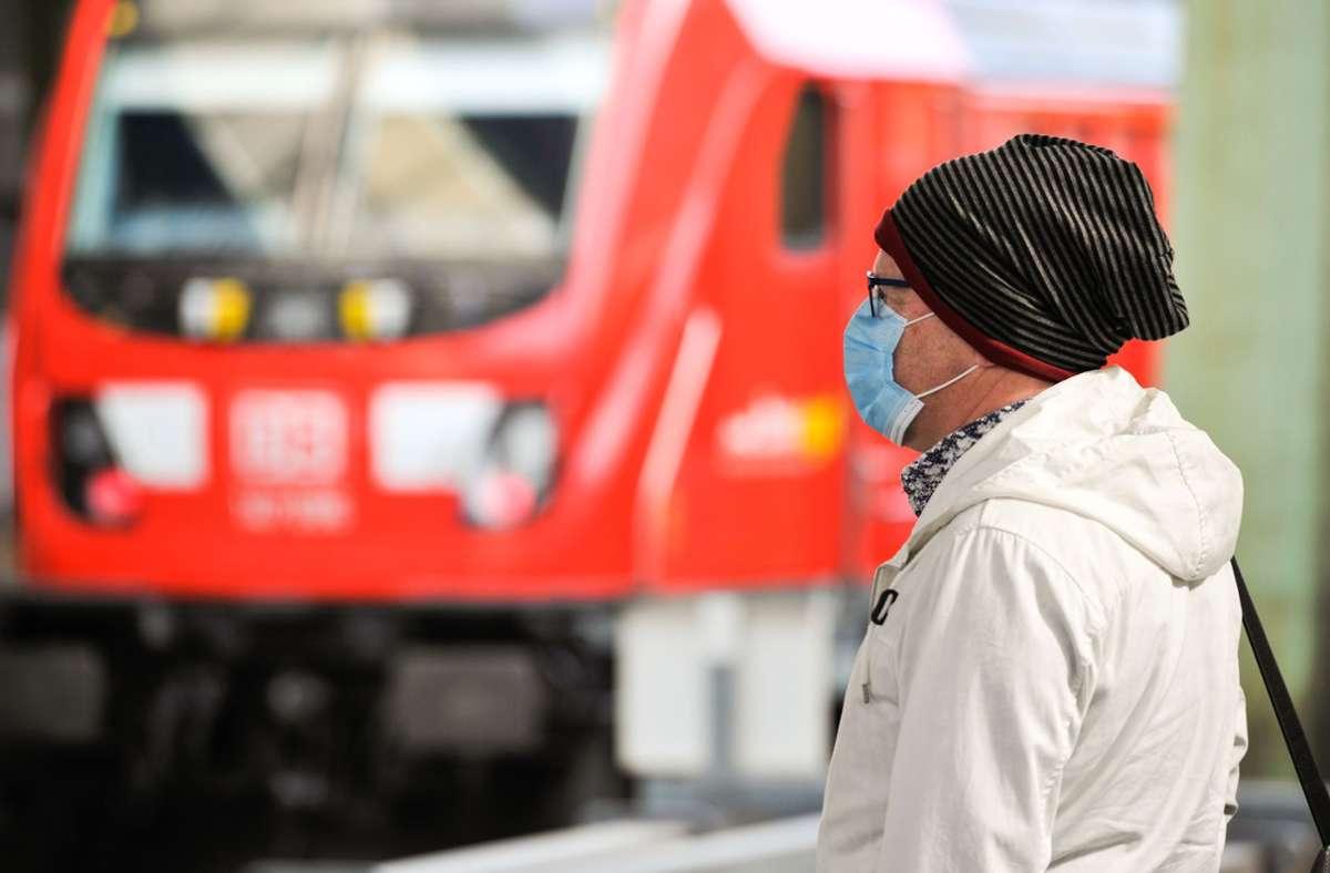 Wer im Zug keine Maske trägt, muss seitens der Deutschen Bahn nicht mit einem Bußgeld rechnen. Foto: Lichtgut/Max Kovalenko