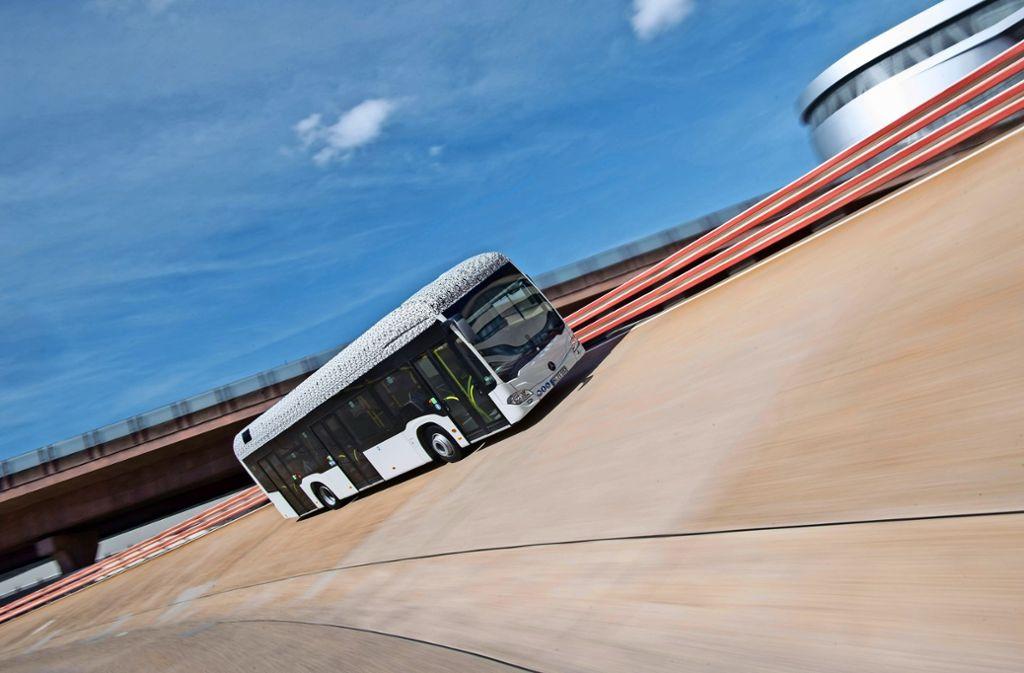 Ob Bus oder Limousine – auf der Einfahrbahn am Daimler-Stammwerk werden Fahrzeuge aller Art getestet.Die Steilkurve mit ihrer 90-prozentigen Neigung  gilt als Highlight der Strecke. Foto: dpa
