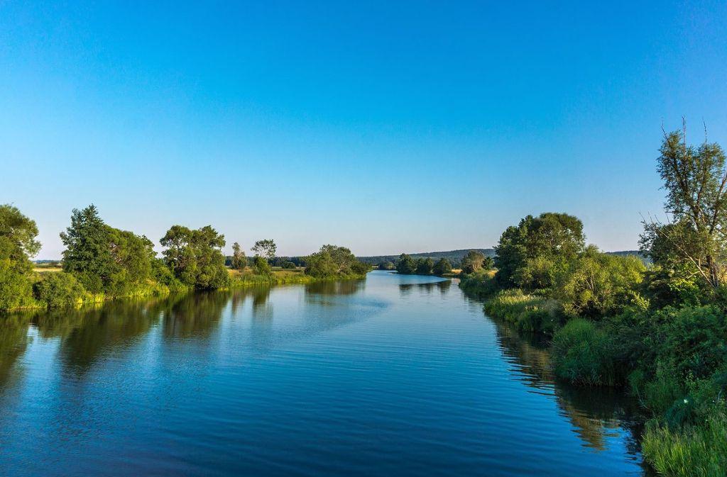 So ruhig fließt die Altmühl durchs Land. Auf dem Altmühltal-Radweg begleiten wir das plätschernde Flüsschen bei seiner Reise durch Bayern.  Foto: Pixabay