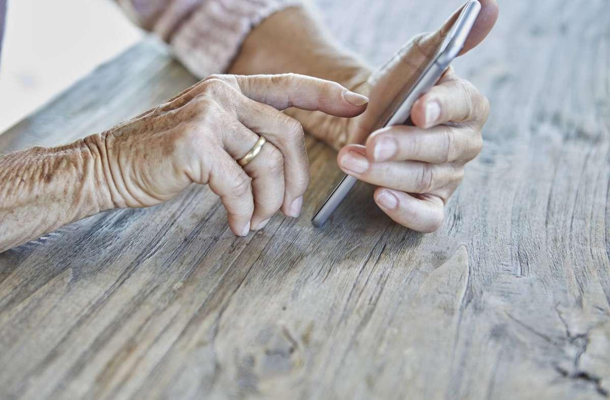 Die 85-Jährige aus Bad Cannstatt wäre beinahe Opfer von Telefonbetrügern geworden. (Symbolbild) Foto: imago images / Westend61/Rainer Berg