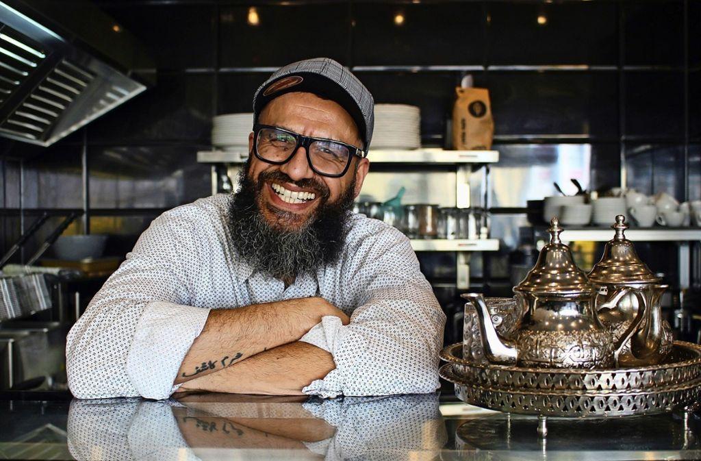 """Shafqat Hussain aus dem Vaihinger Café Mosaik fastet im Ramadan mit """"dem Magen, der Zunge, den Augen und den Ohren"""". Foto: Caroline Holowiecki"""