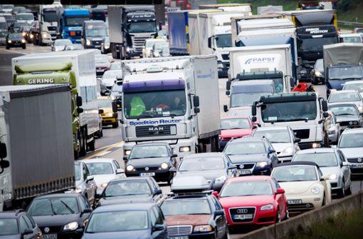Mann schlägt anderen Fahrer auf Autobahn bewusstlos