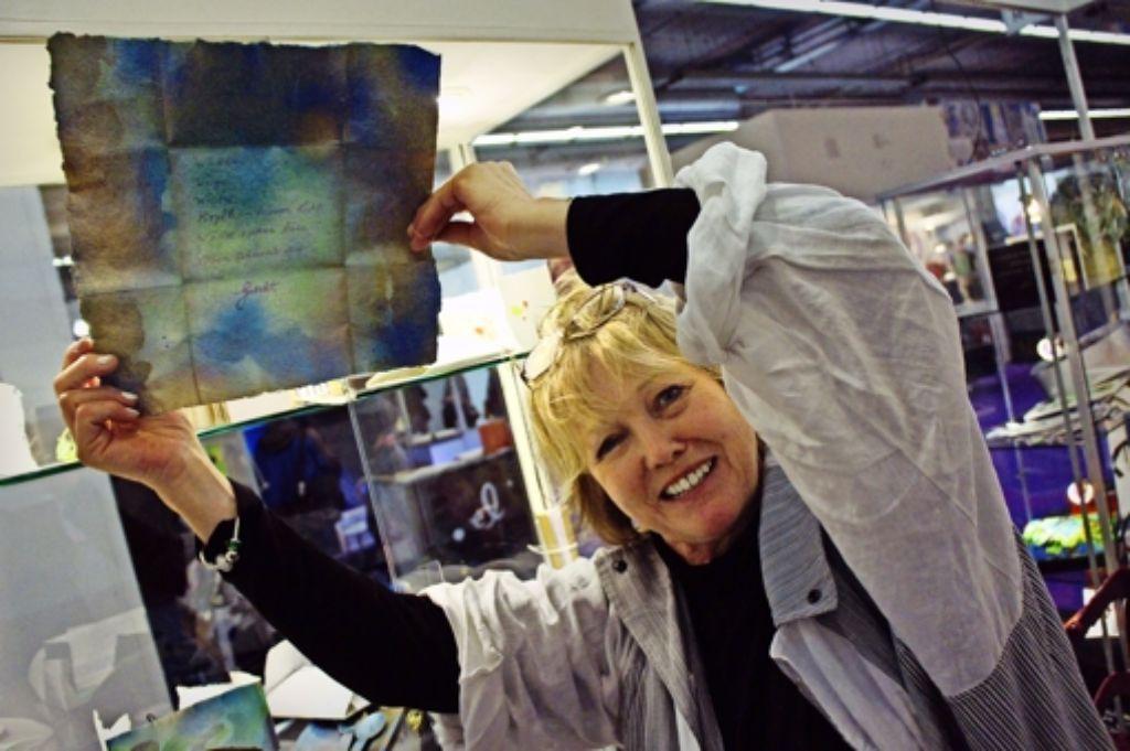 """""""Die Schrift eines Buches ist   wie eine Melodie"""",  sagt die Galeristin Ingrid Wiche, die ihre Papierkunstwerke  verkauft. Foto:"""