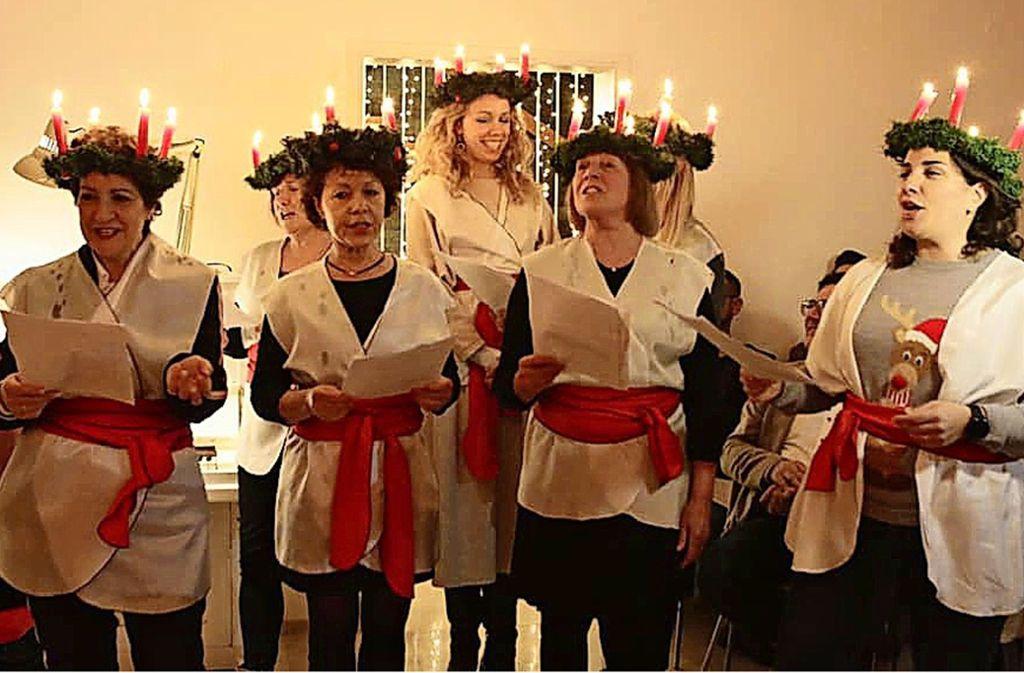 """Stars der Staatsoper Stuttgart singen nach einer schwedischen Tradition  mit Modedesignerin Lissi Fritzenschaft (Zweite von rechts) """"Santa Lucia"""".t Foto: Klaus Schnaidt"""