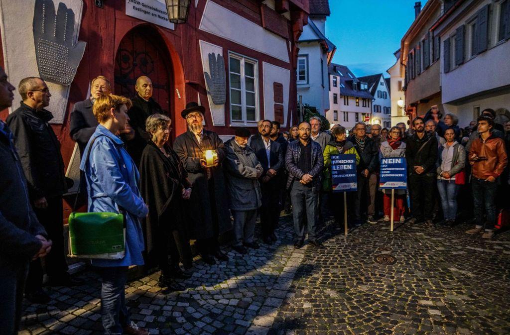 Rund 300 Menschen sind dem Aufruf zur Mahnwache gefolgt. Foto: SDMG/Kohls