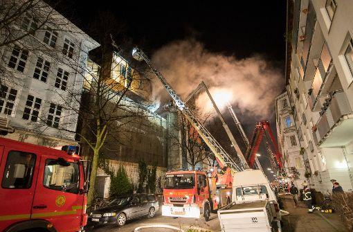 Feuerwehr kämpft gegen Brand auf Musikbunker