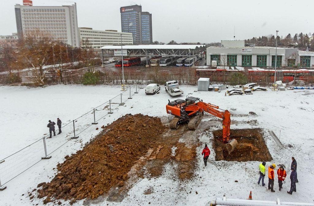 Die Bergung des verdächtigen Metallgegenstands beim Holzheizkraftwerk  im dichten Schneetreiben. Foto: factum/Bach