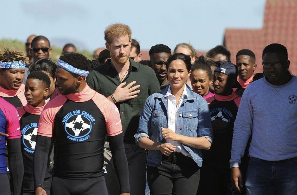 Mit einem Teambuilding von Surflehrern haben der britische Prinz Harry und Herzogin Meghan den zweiten Tag ihrer Afrikareise begonnen. Foto: AP/Henk Kruger