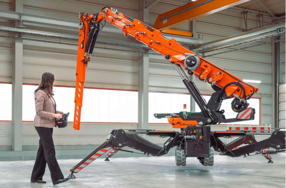 """In Waiblingen  erforschen Experten, wie das Bauen der Zukunft aussehen könnte. Anja Lauer, wissenschaftliche Mitarbeiterin an der   Uni Stuttgart, steuert hier einen """"Spider Crane"""".Foto:Universität Stuttgart Foto:"""