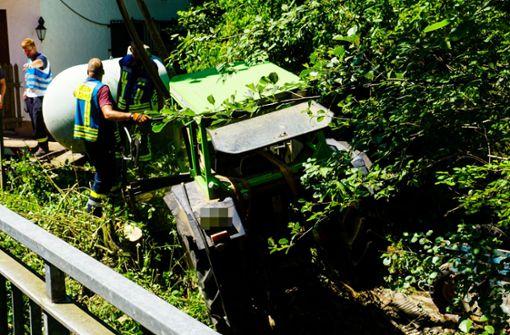 Traktor und Anhänger landen im Butzbach