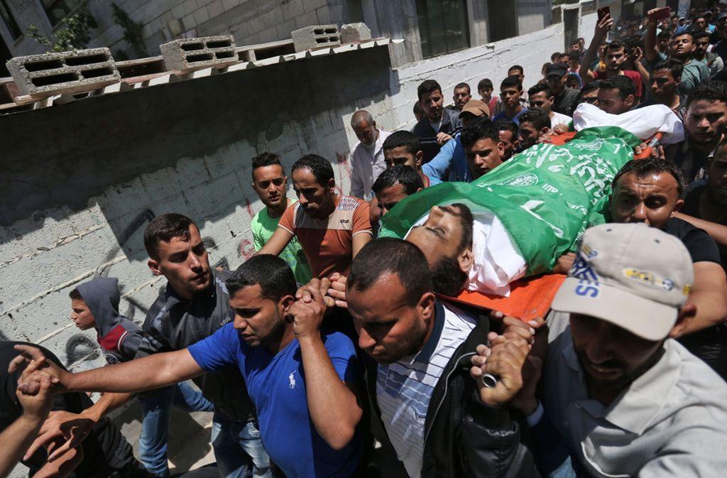Palästinenser in Gaza tragen einen 27-jährigen Demonstranten zu Grabe, der bei den Ausschreitungen am Montag zu Tode gekommen war. Foto: AFP