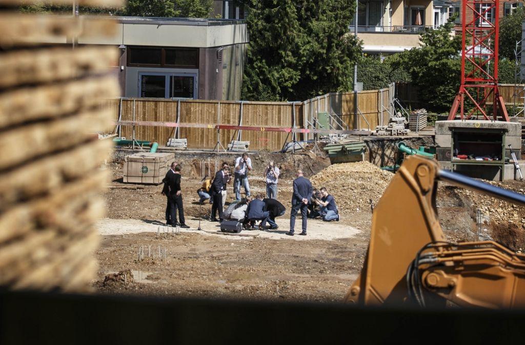 Der Grundstein für das Burg-Gymnasium wird in der Baugrube versenkt. Foto: Gottfried Stoppel