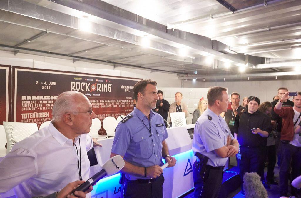 Festivalveranstalter Marek Lieberberg (links) und Polizeibeamte geben den vorläufigen Abbruch des Musikfestival Rock am Ring bekannt. Foto: dpa
