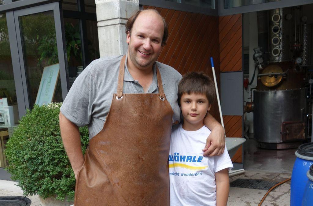 Marcus Hofmeister gemeinsam mit seinem Sohn Lucas vor seiner Brennerei. Foto: Ingrid Sachsenmaier