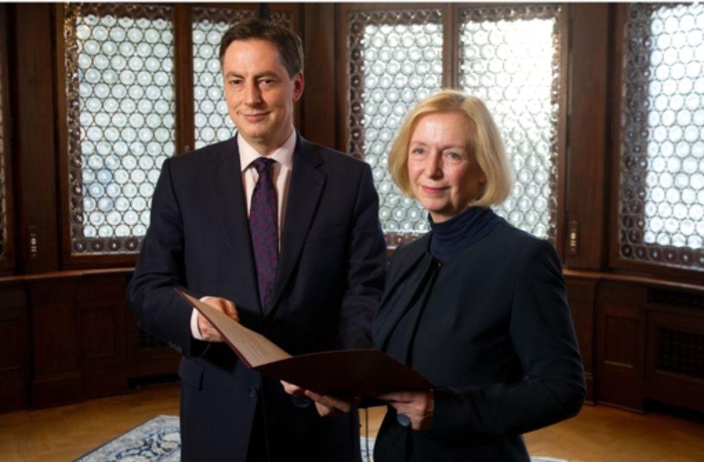 Niedersachsens Ministerpräsident McAllister hat am Mittwoch Johanna Wanka die Entlassungsurkunde überreicht. Am Donnerstag wird sie in Berlin vereidigt. Foto: dpa
