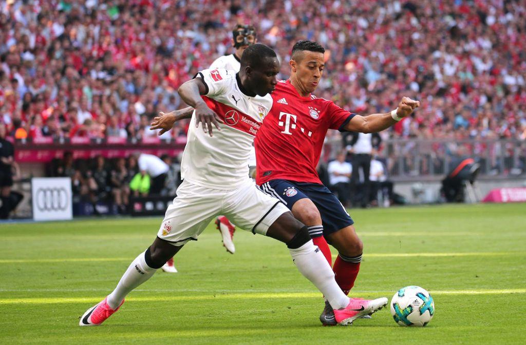 VfB-Angreifer Chadrac Akolo (links) und Thiago im Zweikampf um den Ball. Foto: Pressefoto Baumann