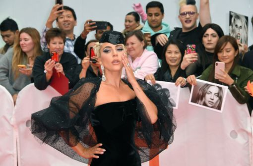 Lady Gaga und Bradley Cooper lassen sich für ihren Film feiern