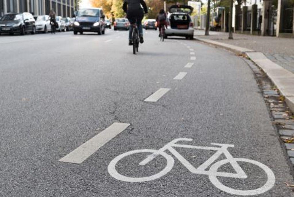 Falschparker werden stärker zur Kasse gebeten. Die Strafen für das Parken auf Fuß- und Radwegen und in der zweiten Reihe steigen 2020 drastisch von 15 auf bis zu 100 Euro. Das gilt auch für das Halten auf einem Fahrradschutzstreifen. Wenn andere ...  Foto: Shutterstock/DavidSch