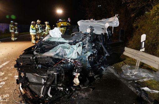 Auto kracht frontal in Lkw – Beide Fahrer eingeklemmt