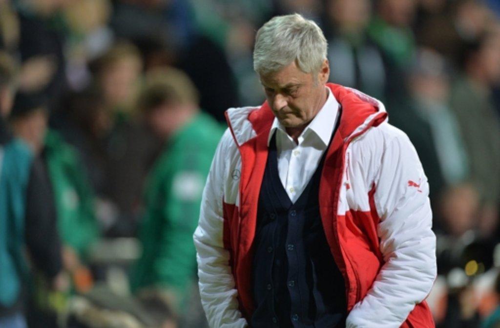Zurecht blickt VfB-Trainer Armin Veh nach dem Kellerduell gegen Werder Bremen am 11. Spieltag nachdenklich drein: 0:2 haben die Stuttgarter im Weser-Stadion verloren  – und wieder waren Schwächen in der Abwehr und fehlende Führungsqualitäten in der Mannschaft sichtbar.   Foto: dpa