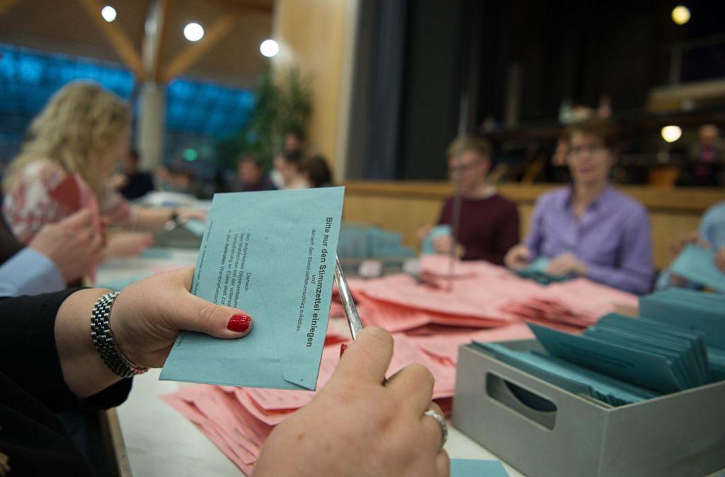 Wahlhelfer müssen im Akkord Umschläge öffnen und Stimmen auszählen. Foto: picture alliance / dpa